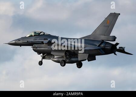 Un avión de combate F-16 de General Dynamics Falcon de la Fuerza Aérea belga.