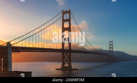 Puesta De Sol En El Puente Golden Gate, San Francisco, California.