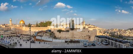 Muro occidental en la Ciudad Vieja de Jerusalén, vista panorámica al atardecer, Israel.