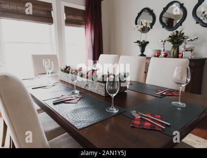 Mesa para una cena formal navideña en un comedor.