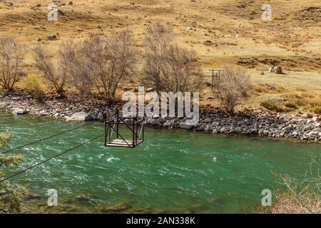 Río Djumgal Kokemeren, Kirguistán, cruzar el río, del ferry que cruza el río de montaña