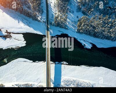 Vista aérea panorámica de la naturaleza y un paisaje pintoresco cerca de una montaña con una Altay Green River Katun y puente en un soleado día de invierno con el cielo azul