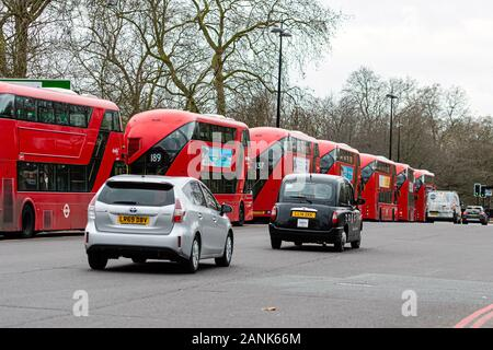 Londres, Inglaterra, Reino Unido - 2 de enero de 2020: autobuses rojos de dos pisos y los taxis en las calles de Londres - imagen