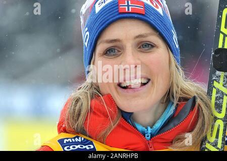Therese Johaug de Noruega después de ganar el clásico de campo a través de las mujeres 10 km de la Copa Mundial de la persecución en Nove Mesto na Morave, República Checa. Foto de stock