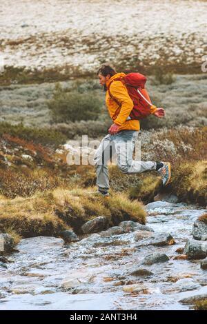 Hombre corriendo aventuras al aire libre vacaciones activas viaje mochilero de estilos de vida saludables caminatas en las montañas