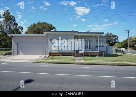 Casas De La Posguerra En Brisbane. Casa suburbana bien cuidada, bajo conjunto de 50s 60s weatherboard con techo de león, Cannon Hill