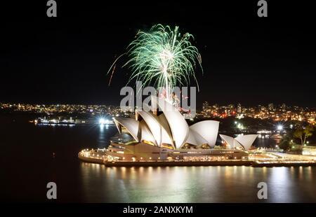 Sídney, AUSTRALIA - 8 DE MARZO de 2018 - una ducha de fuegos artificiales verdes que se lanzan sobre la Ópera de Sídney durante un espectáculo pirotécnico