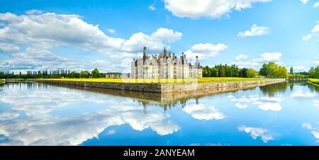 Château de Chambord, royal medieval castillo francés y la reflexión. El Valle del Loira, Francia, Europa. Patrimonio de la humanidad por la Unesco.