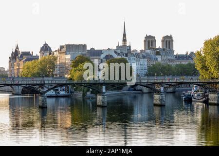 La luz del sol por la mañana temprano en Ile-de-la Cite y el río Sena, París Ile-de-France, Francia