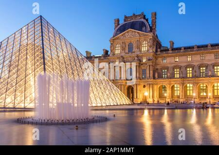 Crepúsculo en el patio del Musée du Louvre, Paris, Ile-de-France, Francia