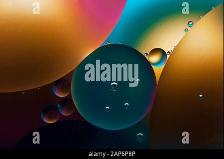 Gotas de aceite de colores en el agua. Antecedentes abstractos. Foto macro artística. Foto de stock