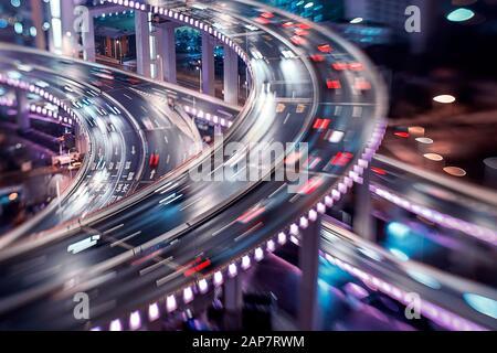 El tráfico De la ciudad De Shanghai se mueve por la noche