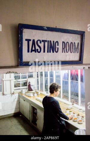 Entrada a la sala de degustación de té de la finca Puttabong. En Darjeeling, Bengala Occidental, India. Foto de stock