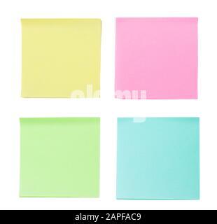 Primer plano de un conjunto de notas adhesivas en blanco y de colores con espacio de copia para texto o mensaje. Aislado sobre fondo blanco.