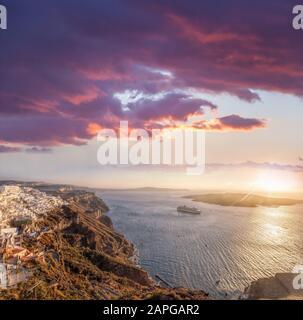 Old Town Thira en la isla de Santorini, iglesias famosas contra el colorido atardecer en Grecia Foto de stock