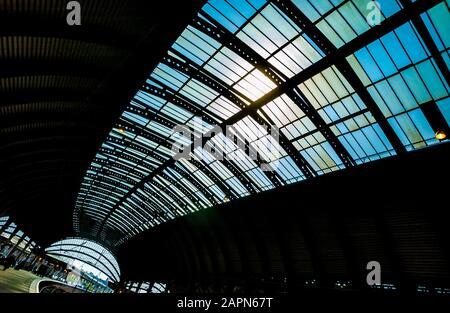 Estructura de techo abovedado de hierro en la estación de tren de York.