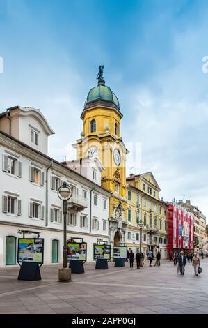 Rijeka, Croacia - 19 de mayo de 2019: City Clock Tower y Korzo, el paseo principal de Rijeka, Croacia. Calle comercial en el centro de la ciudad con tiendas, cafés y