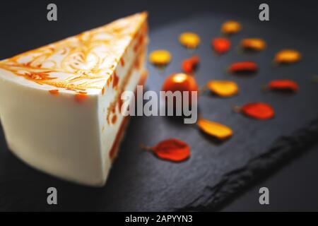 Mousse tarta con puré de mango y crema.
