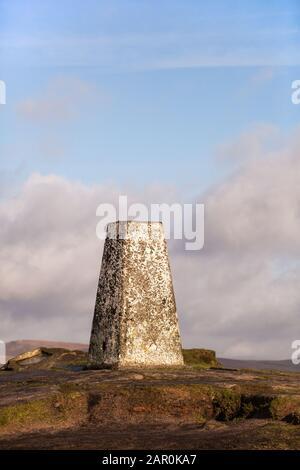 El punto de triangulación trig en la colina de Shutlingsloe en el distrito de los picos ingleses