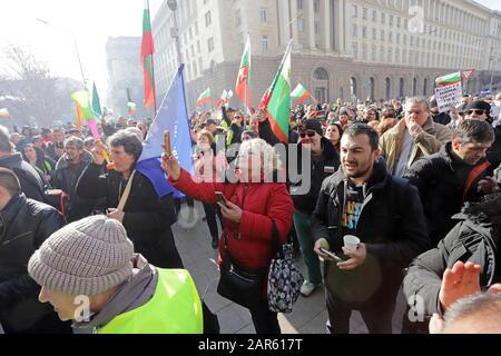 Miles de personas demandan agua en una protesta, porque la crisis del agua en la ciudad de Pernik y las aldeas circundantes, frente a la construcción del gobierno En So