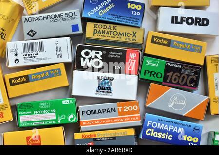 Colección de varias películas negativas vintage en cajas, equipo para cámaras analógicas de formato medio