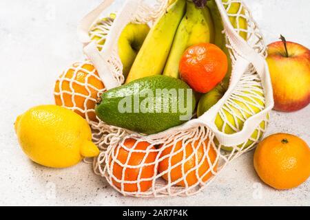 Bolsa de malla con frutas, cero residuos de compras.