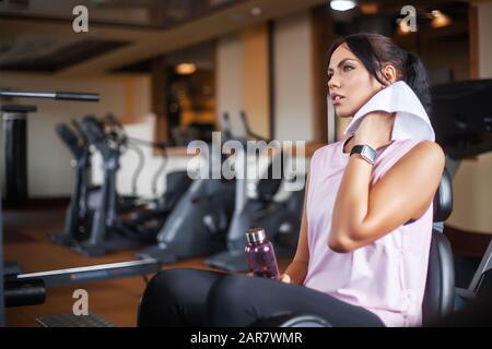 Concepto de deporte y vida sana. Joven atractiva mujer fitness corriendo en cinta en blanco, vistiendo ropa deportiva. Mujer deportiva saludable haciendo