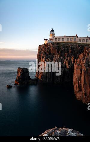 Faro Neist Point durante la puesta de sol en la primavera de abril de 2019 Foto de stock