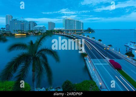 Puente que conduce a Brickell Key al atardecer, el centro de Miami, Miami, Florida, Estados Unidos de América, América del Norte