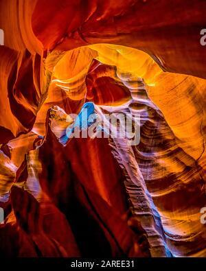 Las suaves paredes de arenisca roja Navajo curva del Cañón del Antílope Superior, uno de los famosos cañones Tragamonedas en las tierras Navajo cerca de Page Arizona, EE.UU Foto de stock