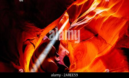 Rayos del sol entrando en el Cañón del Antelope las paredes curvo de arenisca Navajo del Cañón. El cañón es el cañón Slot Canyon más famoso, Page, AZ, Estados Unidos Foto de stock