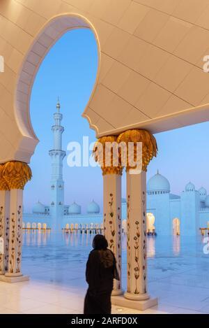 Gran Mezquita de Sheikh Zayed, en Abu Dhabi, cerca de Dubai, Emiratos Árabes Unidos.