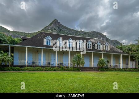 Nubes en las montañas sobre Eureka la Maison Casa criolla y jardín, Moka, Mauricio, Océano Índico, África