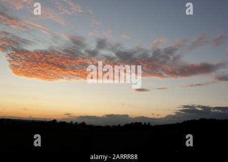 Formación de nubes raras e inusuales en el cielo de septiembre