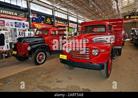 Alice Springs, NT, Australia - 20 de noviembre de 2017: Coches antiguos en el museo Ghan, camiones de entrega