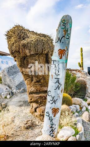Una escultura de arte folclórico de los cuatro grandes dioses hawaianos Tiki tallados en un tocón de palmeras.