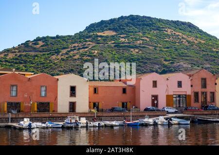 Bosa, Cerdeña / Italia - 2018/08/13: Vista panorámica del casco antiguo de Bosa por el terraplén del río Temo con coloridas casas de alquiler y barcos