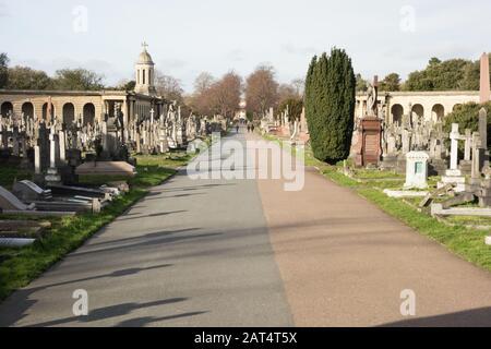 Tumbas y lápidas en el Cementerio de Brompton, Fulham Road, Chelsea, Londres, SW10, Reino Unido