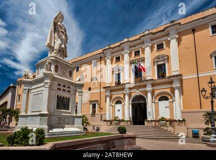 Estatua de Judichessa Eleanor de Arborea frente al municipio (Ayuntamiento), en la Piazza Eleonora d'Arborea en Oristano, provincia de Oristano, Cerdeña Italia