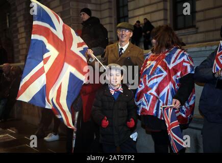 Londres, Reino Unido. 31 de enero de 2020. Los partidarios del Brexit celebran abandonar la Unión Europea cuando se congregan en la Plaza del Parlamento antes de la fecha límite a las 11 de la noche en Londres el viernes 31 de diciembre de 2020. Foto por Hugo Philpott/UPI crédito: UPI/Alamy Live News