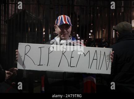 Londres, Reino Unido. 31 de enero de 2020. Un partidario del Brexit celebra un cartel fuera del no.10 Downing St mientras El Reino Unido se prepara para salir de la Unión Europea a las 11 pm esta noche en Londres el viernes 31 de diciembre de 2020. Foto por Hugo Philpott/UPI crédito: UPI/Alamy Live News
