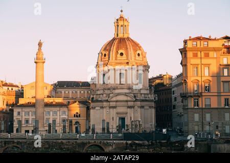 Roma, Italia - 2 de enero de 2020: Columna de Trajano (Patrimonio de la Humanidad de la UNESCO) en el Foro de Trajano y la iglesia de Santa Maria di Loreto, Roma, Lazio, Italia