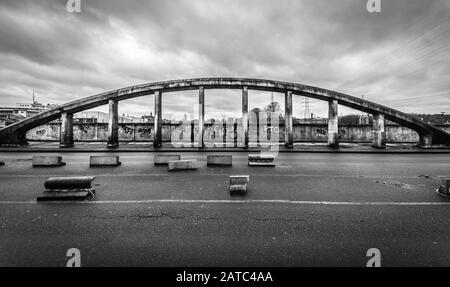 Schaerbeek, Bruselas / Bélgica - 03 15 2019: El dilapidado Puente Albert con oscuro cielo lluvioso en blanco y negro