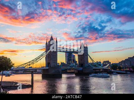 Puesta de sol sobre el Tower Bridge, Londres, Reino Unido