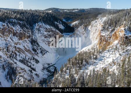 Las cataratas Inferiores en invierno, en el Gran Cañón del Parque Nacional de Yellowstone, Wyoming, Estados Unidos.