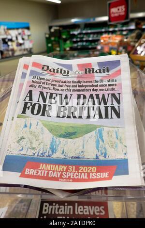 """Correo diario """"un nuevo amanecer para Gran Bretaña"""" periódico del día del Brexit titulares titulares titulares Londres Inglaterra Reino Unido 31 de enero de 2020"""