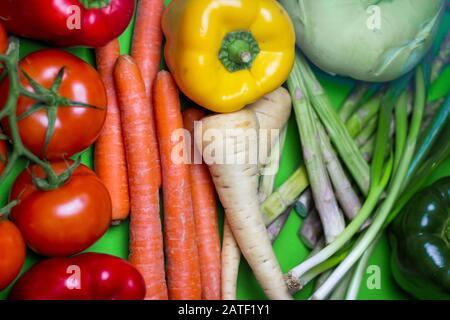 Colorido vegano espectro de alimentos Antecedentes. Concepto de verduras orgánicas y frescas. Arte alimentario arco iris. Foto de stock