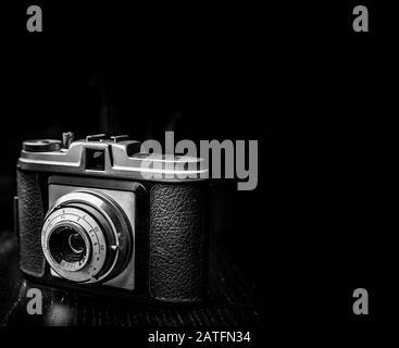 Primer plano de la antigua cámara vintage en blanco y negro