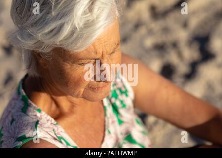 Mujer mayor que se relaja en la playa