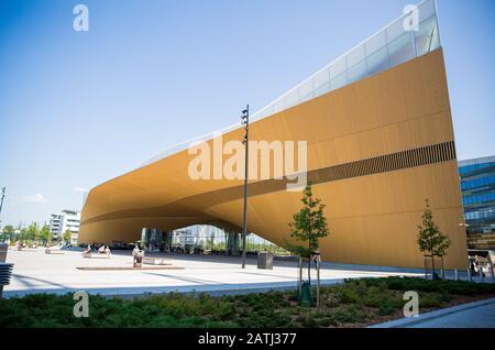Nueva biblioteca central de Helsinki exterior de Oodi. Arquitectura moderna del norte. Entrada del edificio en la plaza de la ciudad, soleado día de verano. Foto de stock